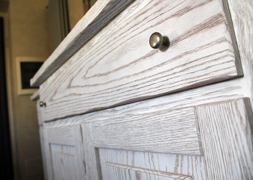 cassettiera in legno artigianale dettaglio finiture