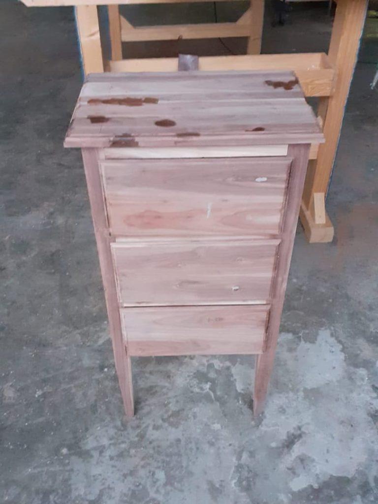 comodino in legno in fase di lavorazione